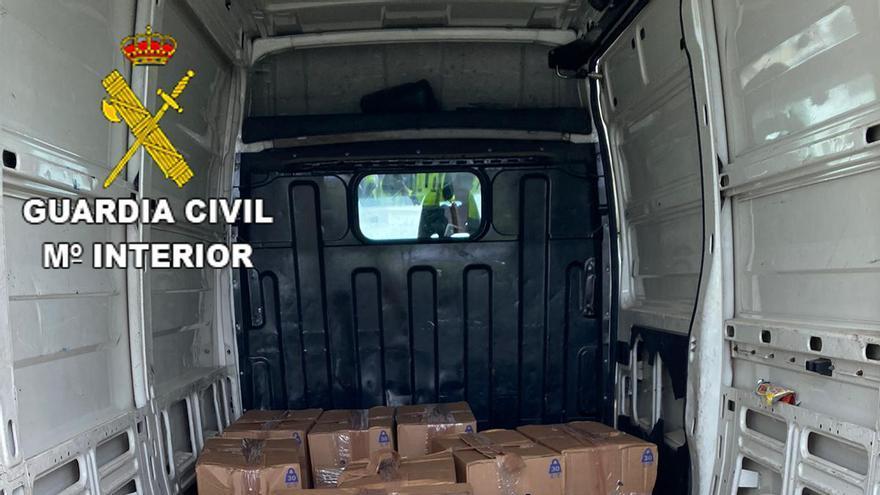 Un conductor se da a la fuga y la Guardia Civil encuentra 440 kilos de hachís en su furgón