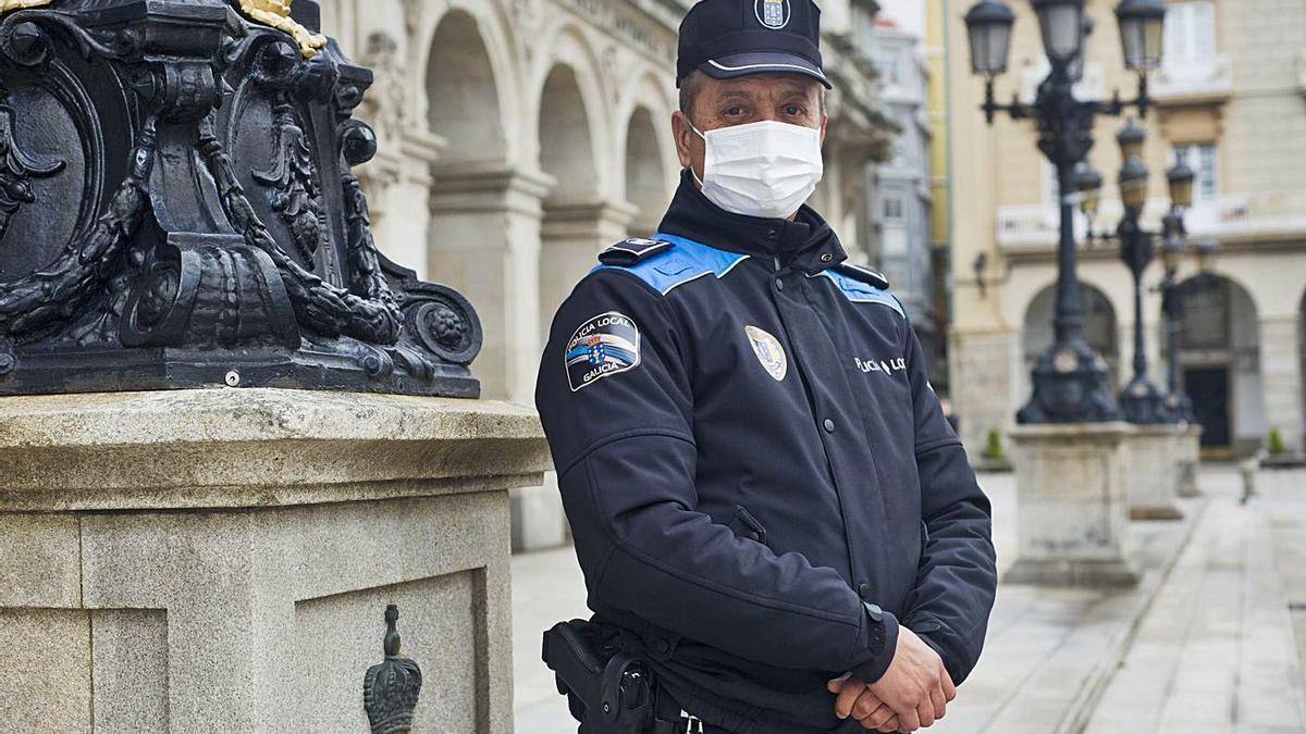 Carlos Vázquez Prego, el policía que reanimó a la mujer, ayer ante el Palacio Municipal. |   // CASTELEIRO/R. AGENCIA