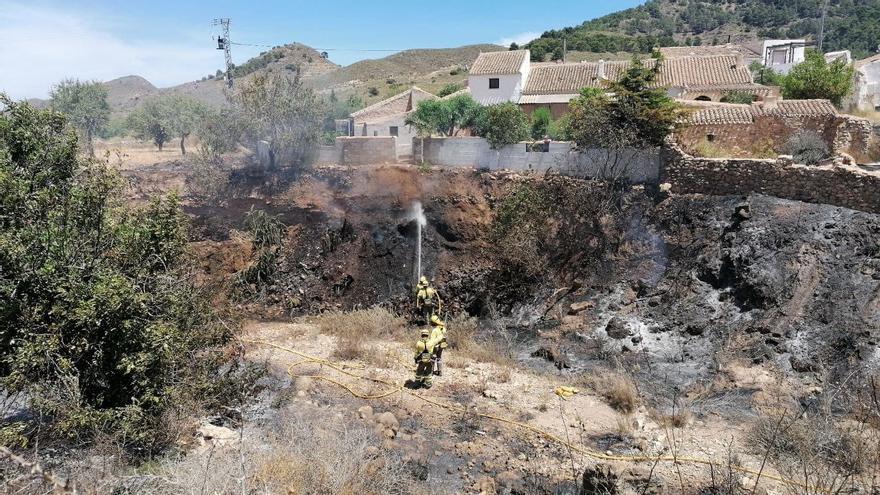Extinguen un incendio en una rambla de la sierra del Algarrobo en Mazarrón