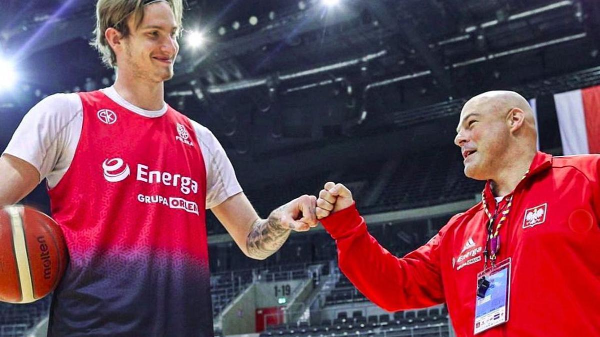 Olek Balcerowski –izqd.–, jugador del Granca, choca el puño con el seleccionador de Polonia, Mike Taylor . | | LP/DLP