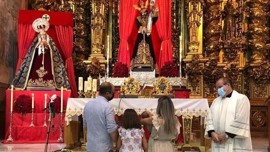 Baena recupera la tradición de presentar los niños a Jesús Nazareno