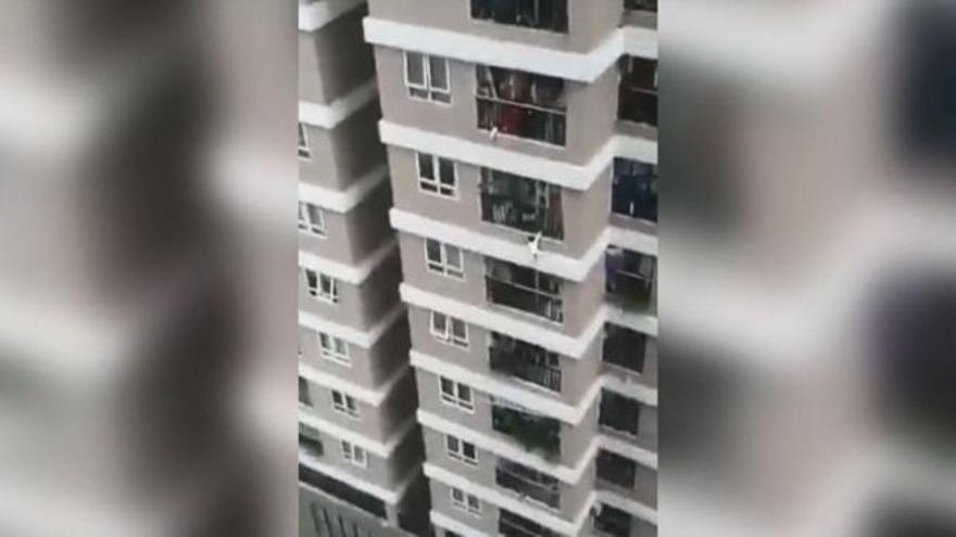 Salva una nena que va caure des d'una altura de 12 pisos a Vietnam
