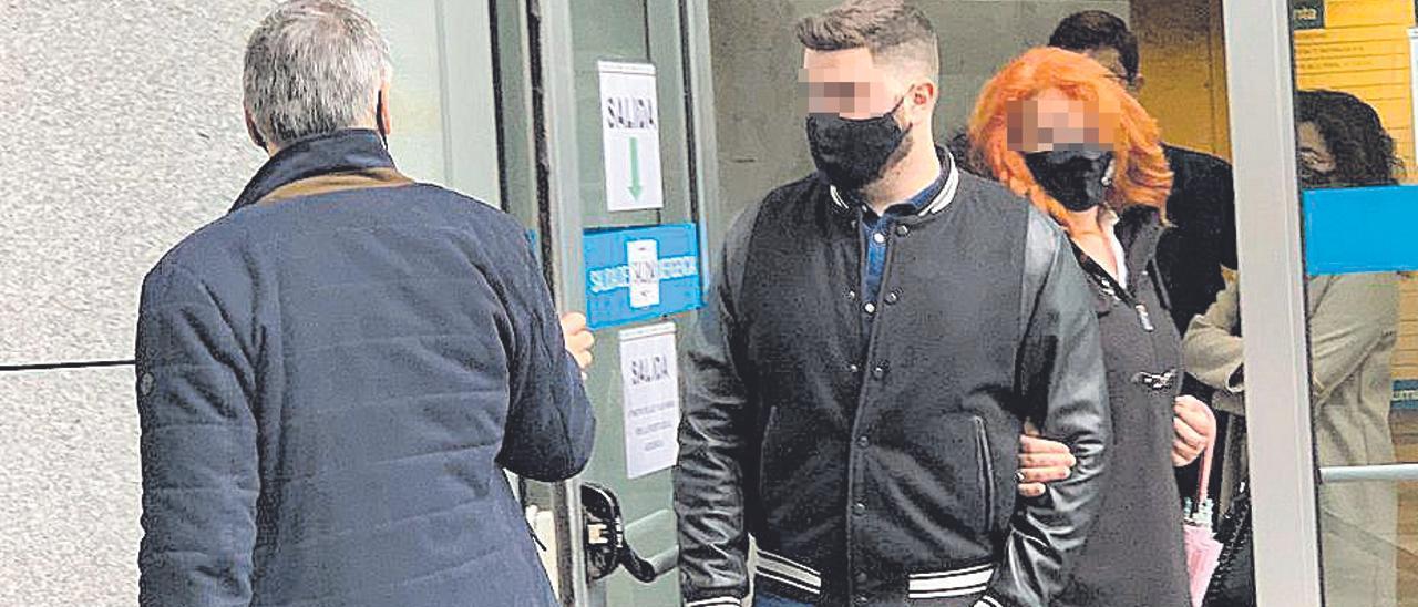 El acusado y su madre salen junto a su abogado de los juzgados