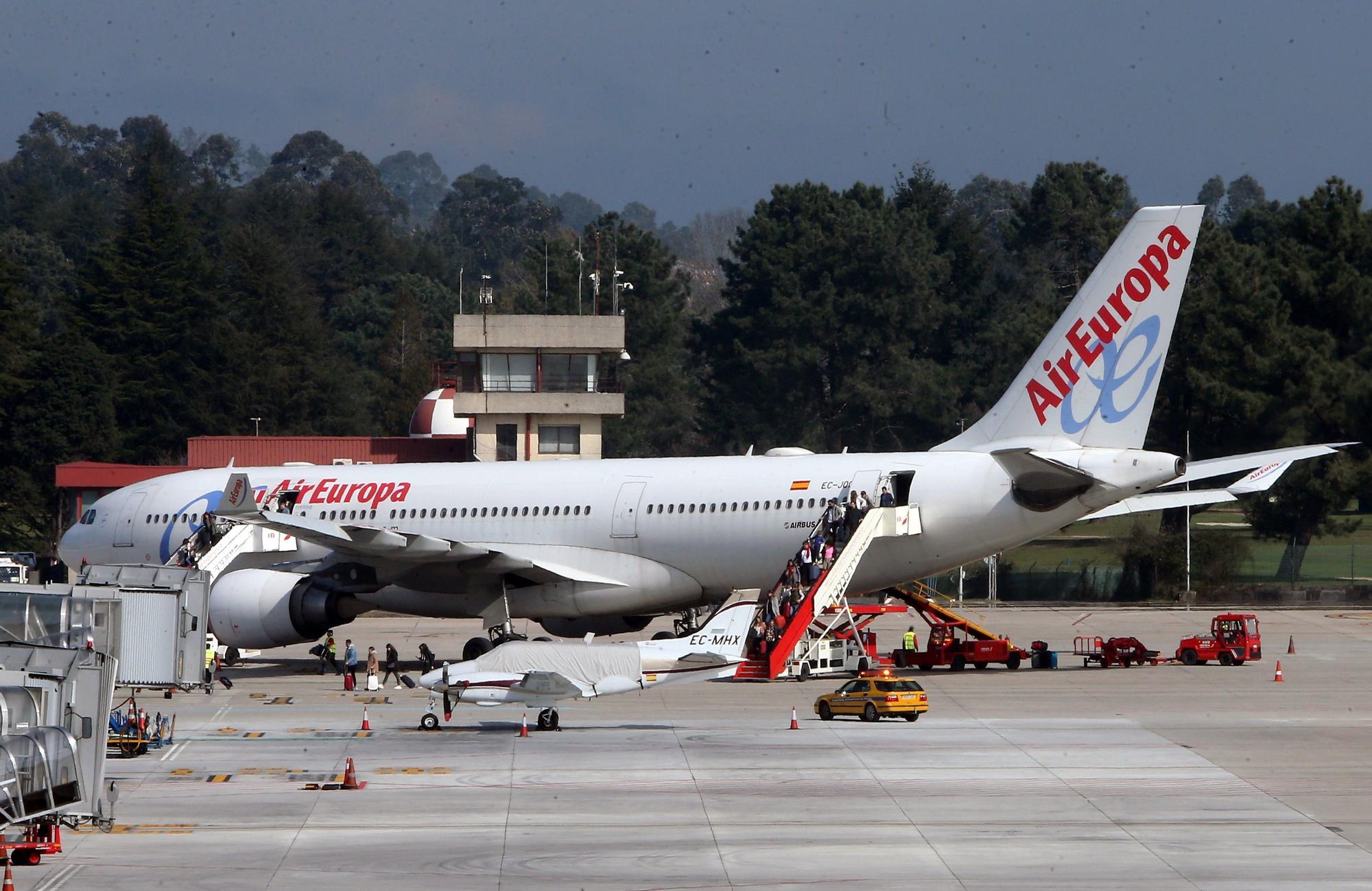 Airbus 330-200 de Air Europa en el aeropuerto de Vigo en 2019. // Marta G. Brea