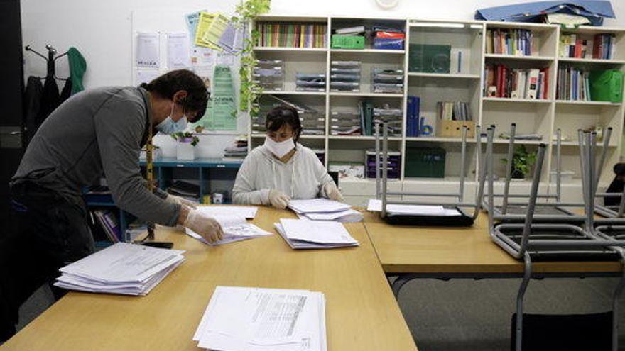Girona reparteix dossiers als alumnes de primària sense internet o que necessiten seguiment específic