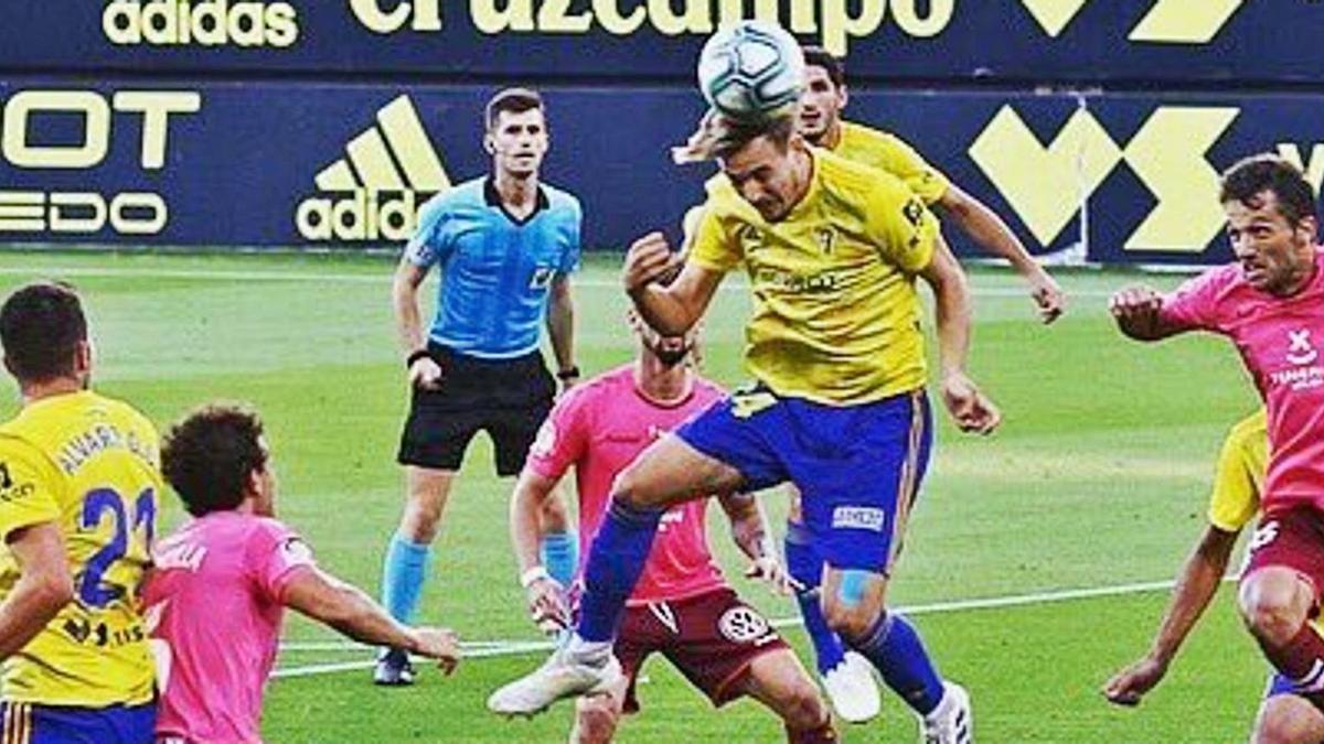 Sergio González pugna por un balón aéreo con el que puede ser su compañero en el centro del campo, Aitor Sanz, en el último Cádiz-Tenerife.