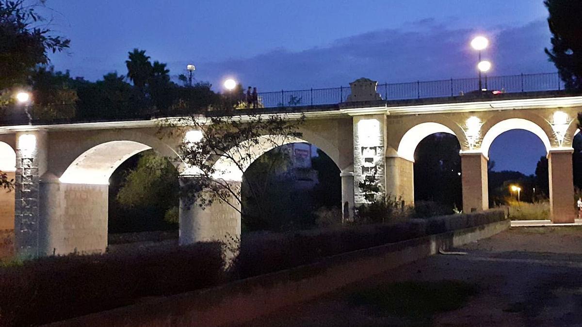 Puente situado en la entrada principal de la población.   A.P.