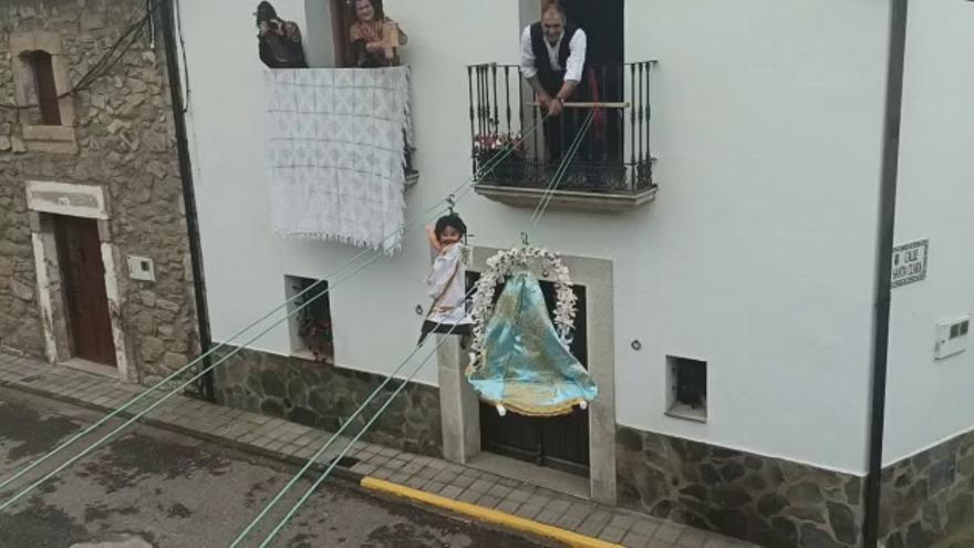 Zarza la Mayor celebra el Domingo de Resurrección y procesiona entre balcones