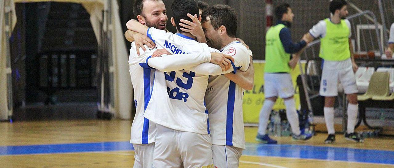Los jugadores del Family Cash Alzira FS celebran de nuevo un triunfo. | RAÜL AMAT