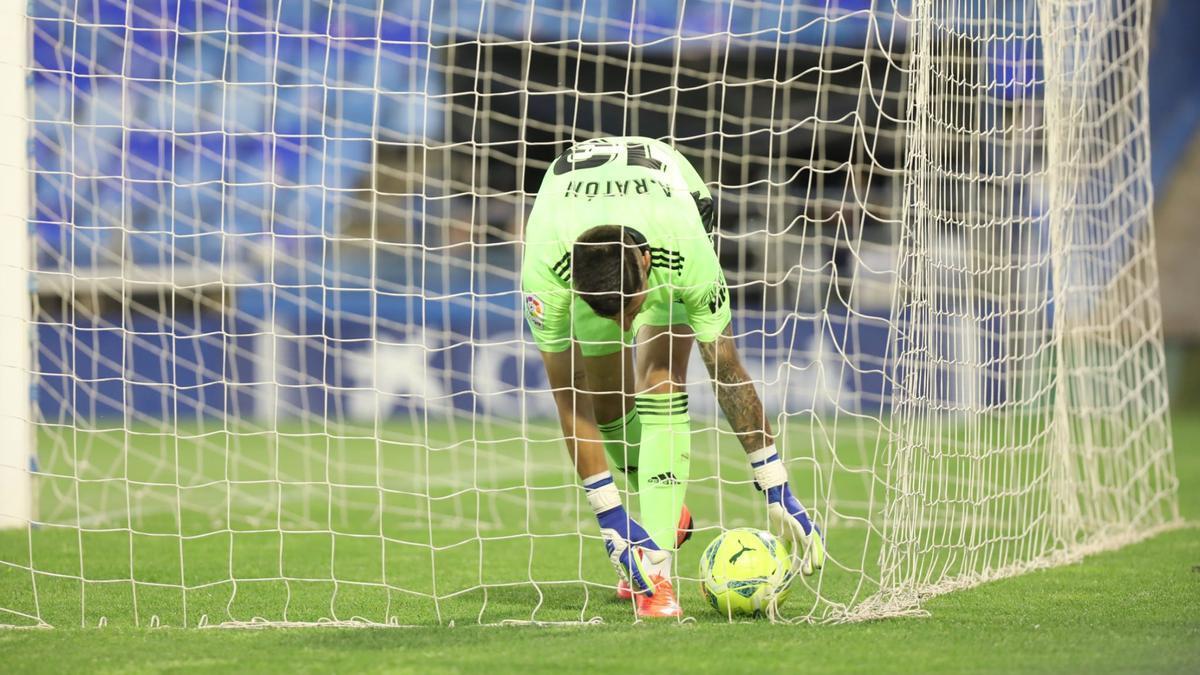 Ratón recoge el balón de su portería tras encajar uno de los cinco goles endosados por el Leganés.