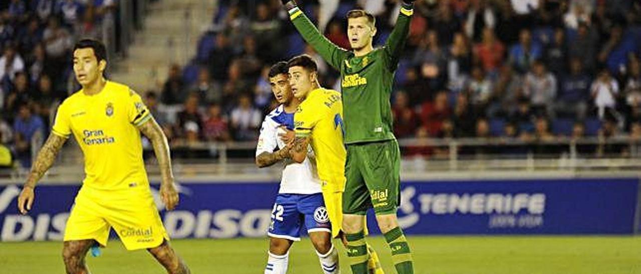 Sergio Araujo, Álvaro Lemos y Josep Martínez, atentos ante el lanzamiento de un córner por parte del Tenerife.