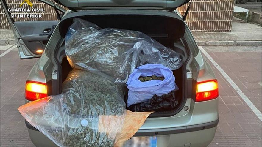 Incautados 16 kilos de marihuana en el maletero de dos vehículos en Villena y Guardamar del Segura