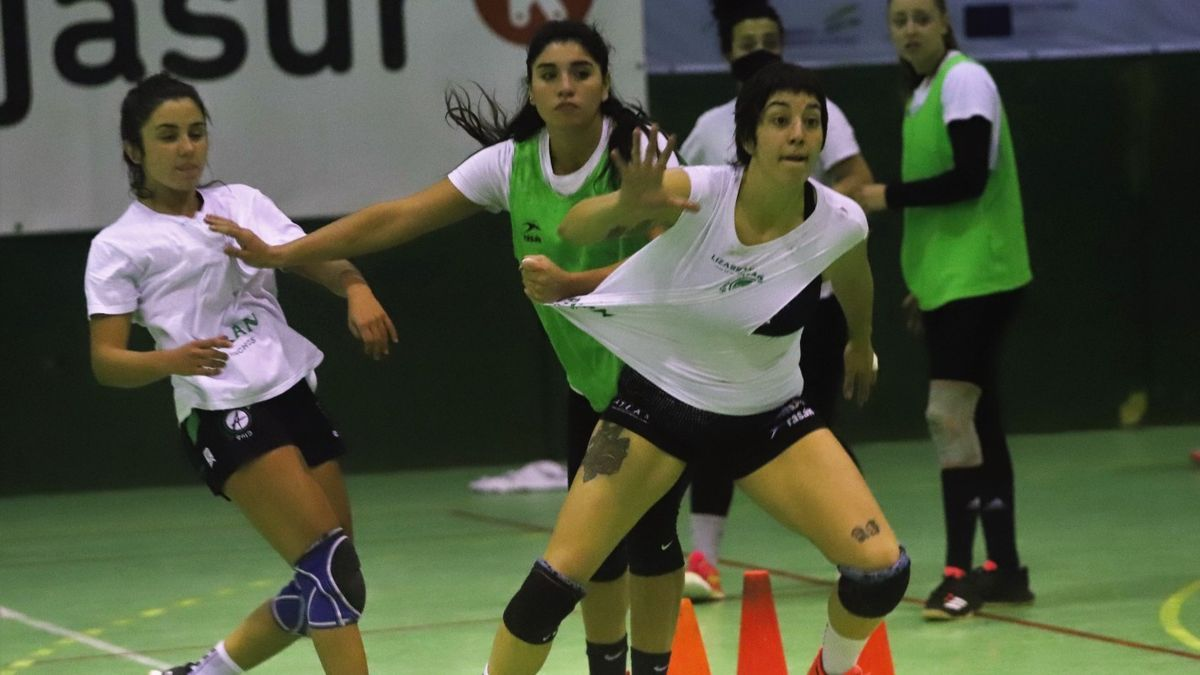 Andrea Roda pide el balón en un entrenamiento.