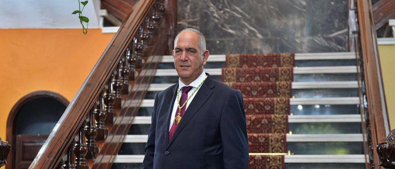 Sergio Nuez posa con el bastón de mando en las escaleras de las Casas Consistoriales de Teror, ayer tras ser elegido alcalde. | | JOSÉ CARLOS GUERRA