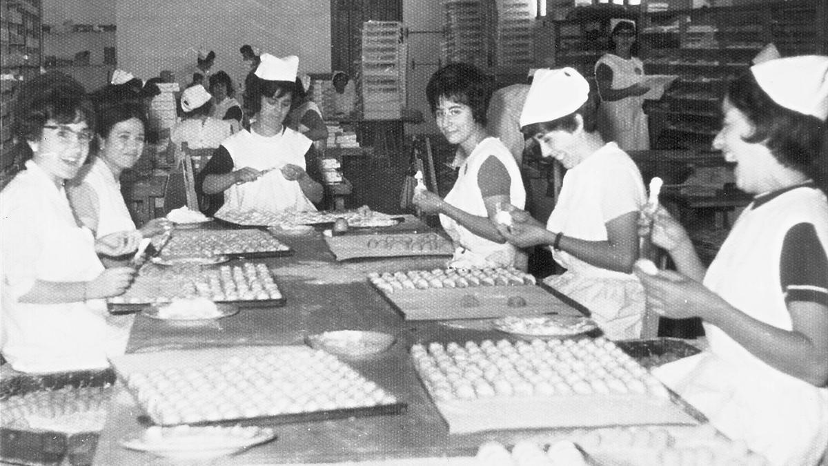 Varias de las mujeres que trabajaban en Turrones Picó haciendo pasteles en los años 60.