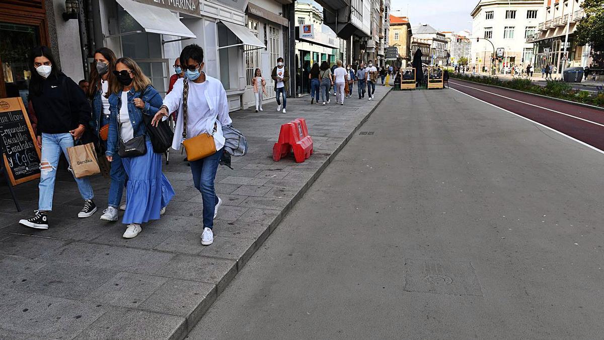 Ciudadanos caminan por la acera de los Cantones, recientemente peatonalizados.   |
