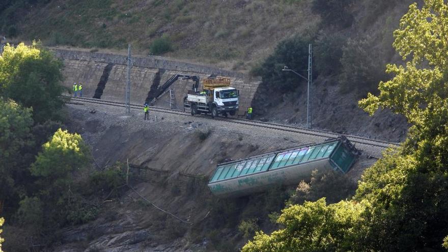 Los vagones del tren descarrillado en Ourense acaban en el río Sil