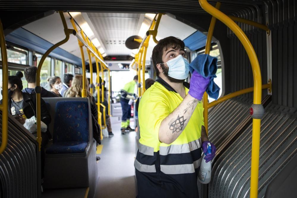 Así se desinfectan los autobuses urbanos de Oviedo