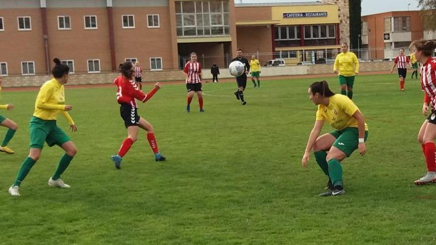 Una jugada del partido disputado este domingo en la Ciudad Deportiva de Zamora.