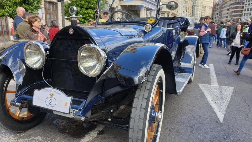 La Ronda Fallera de coches antiguos toma la plaza del Ayuntamiento