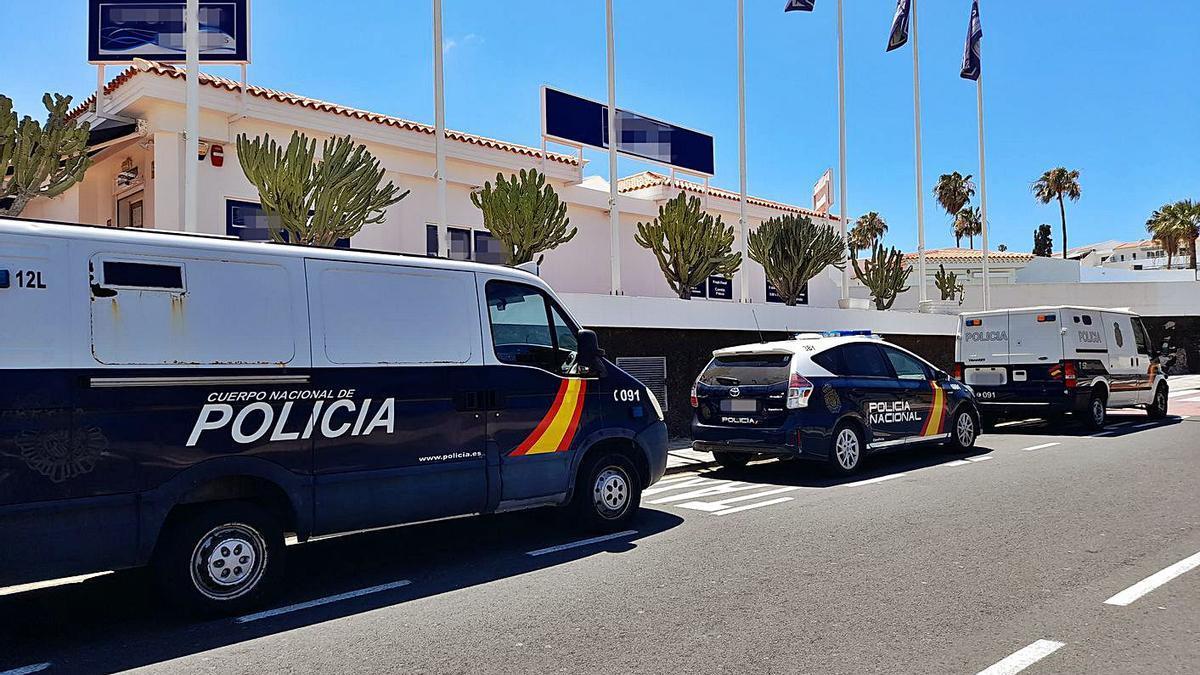 Parte del despliegue de la Policía Nacional ante Island Village. | | PEDRO FUMERO
