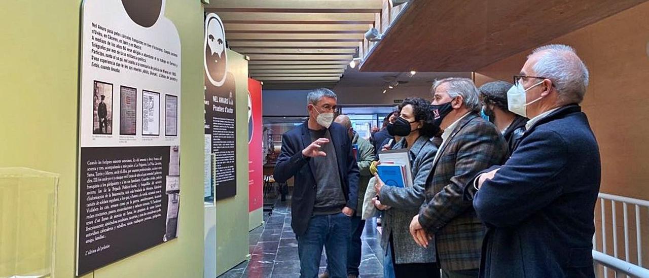 Las autoridades visitan la exposición sobre Nel Amaro en la Casa de Cultura de Mieres. | A. Velasco