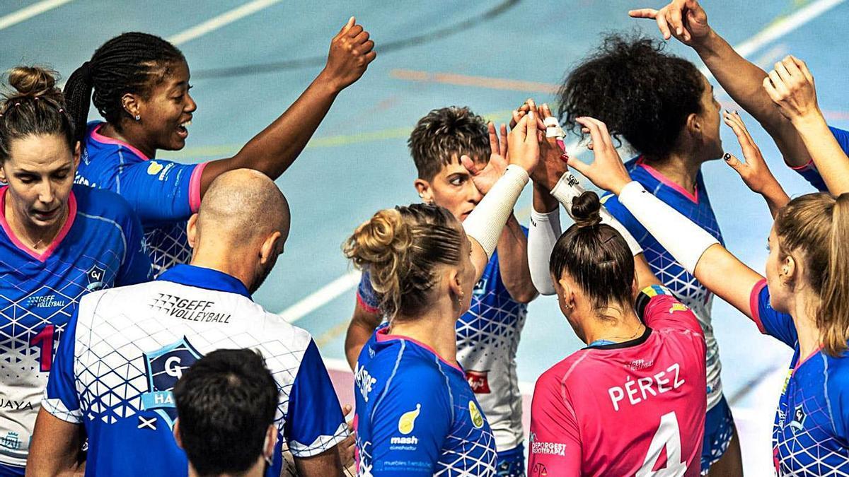 Las jugadoras del Sanaya Libby's se saludan tras recibir las instrucciones de Juan Diego García en un tiempo muerto. | | E.D.