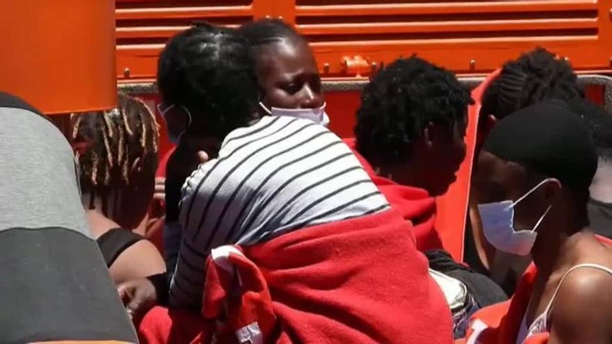 Llegan a Arguineguín 63 migrantes rescatados en alta mar a bordo de una patera