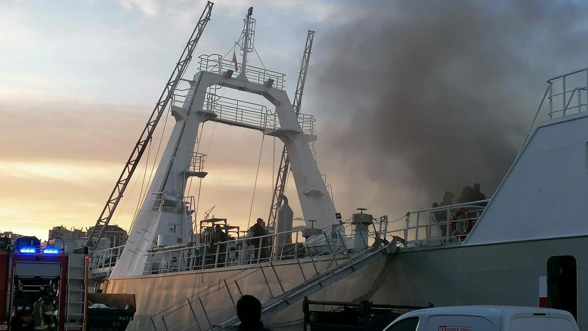 Un pesquero que faena en Malvinas, el Baffin Bay, arde en el muelle de reparaciones de Bouzas, en el puerto de Vigo
