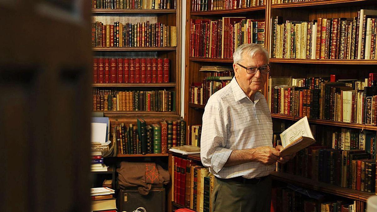 El bibliófilo montillano Manuel Ruiz Luque, con un ejemplar en sus manos.