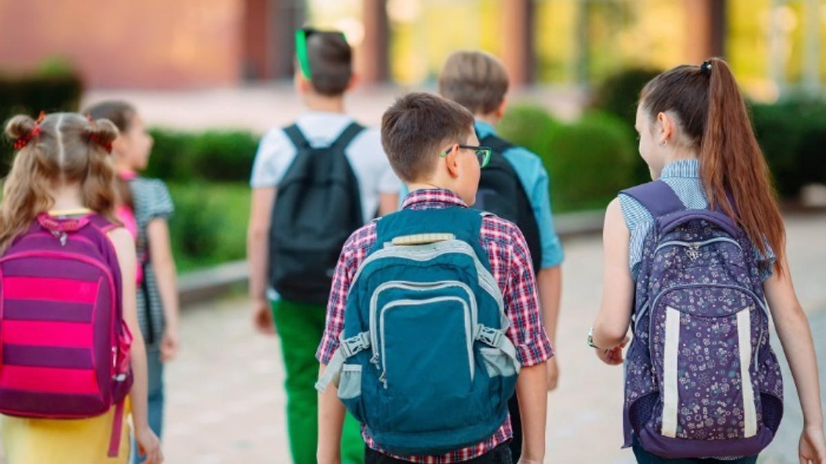 Un grupo de escolares con sus mochila a la espalda.