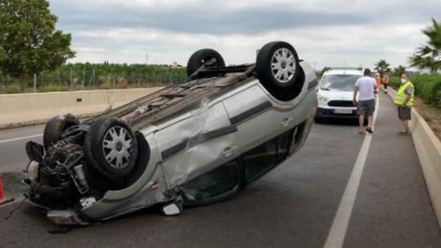 Herido tras volcar con su coche en Borriana