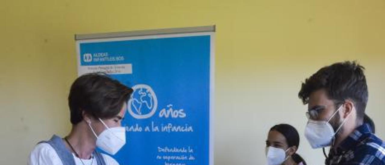 María Yaiza Padrón, directora del colegio José Tejera, recogiendo su lote de libros y un diploma.     ANDRÉS CRUZ