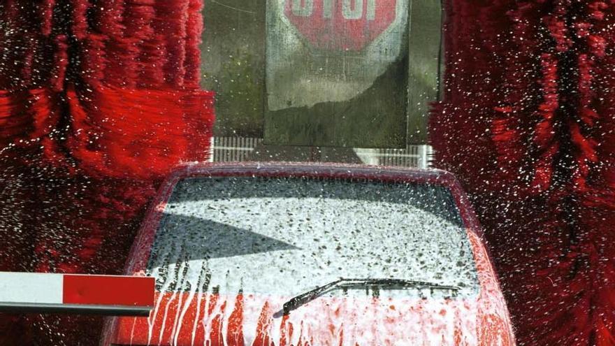 Domingo de lavar el coche tras las lluvias: los lavaderos más baratos de Valencia