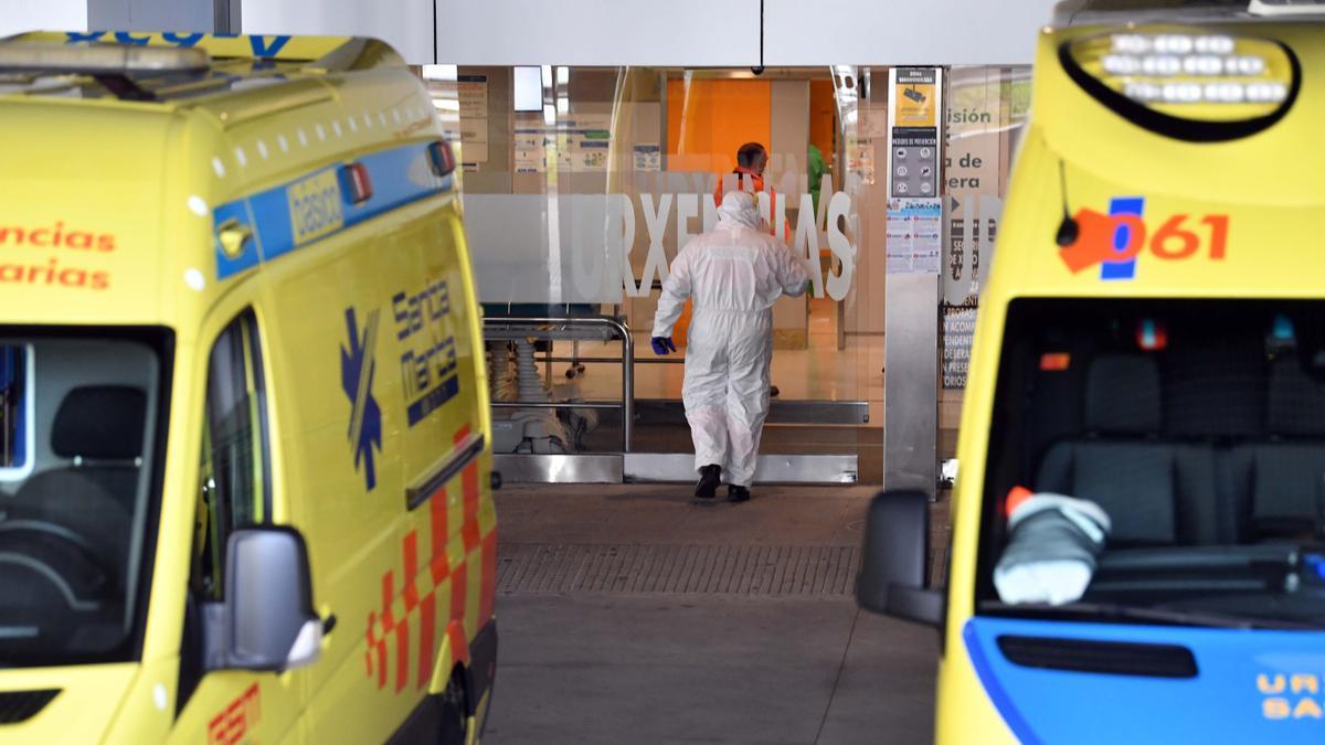 Ambulancias frente al Hospital de A Coruña.