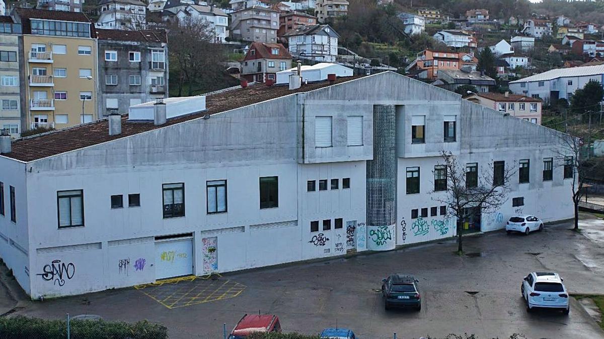 Las pintadas que afean los espacios públicos de Chapela se extienden por el centro de salud, la antigua estación o la iglesia de San Fausto.
