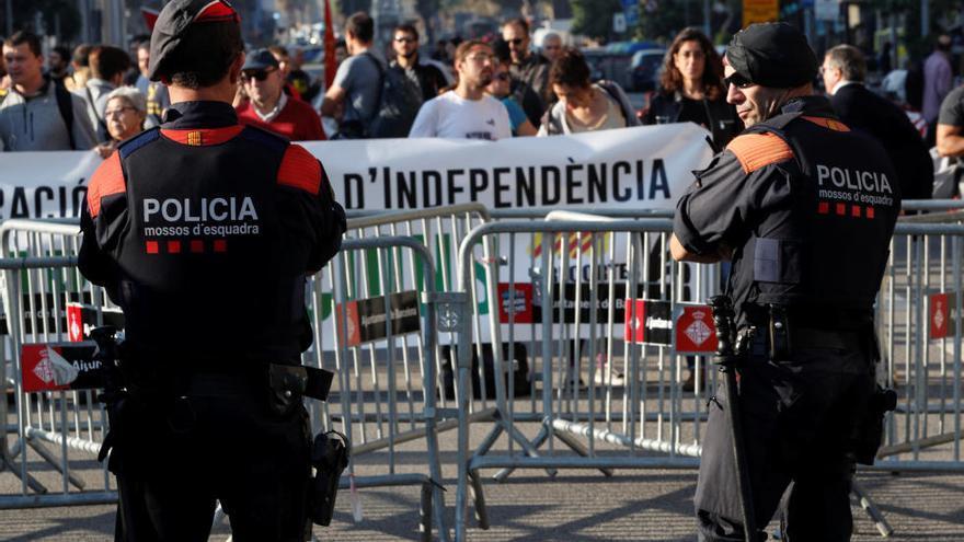 Miles de personas celebran frente al Parlament la aprobación de la independencia