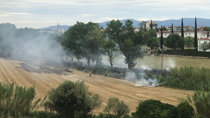 Incendi a un camp al barri de l'Olivar Gran de Figueres