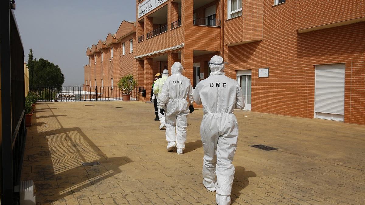 Personal de la UME en labores de limpieza en una residencia andaluza.