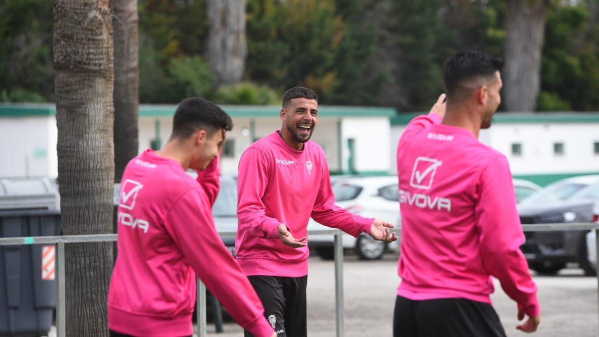 Xavi Molina bromea durante la sesión de recuperación del Córdoba CF, ayer, en la Ciudad Deportiva.