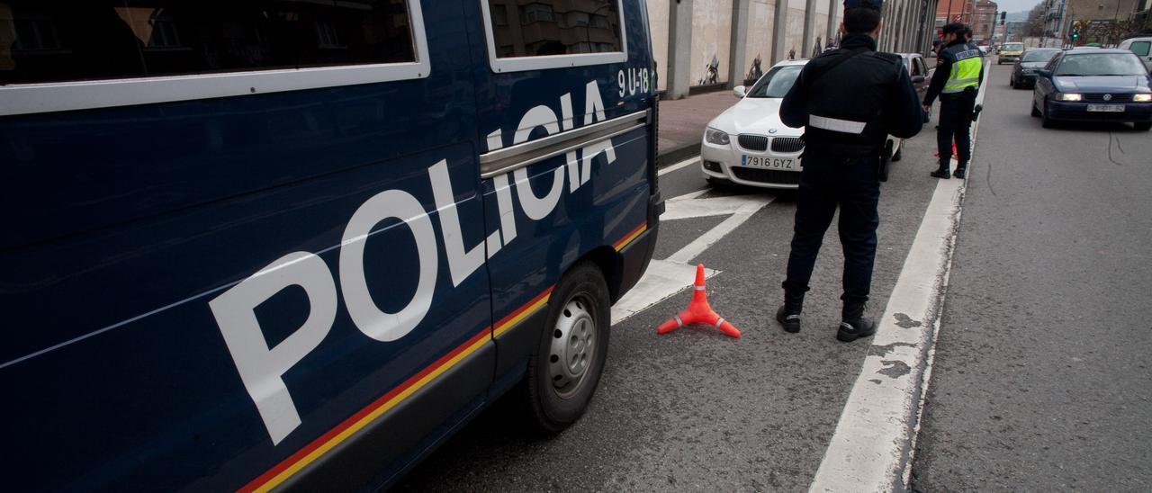 Agentes de la Policía Nacional en un control en uno de los accesos de Avilés, en la estación de autobuses.
