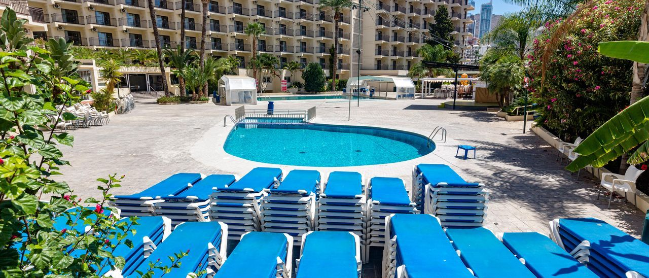 Benidorm va a abriendo poco a poco hoteles pero sigue con el 50% de la planta cerrada este junio.