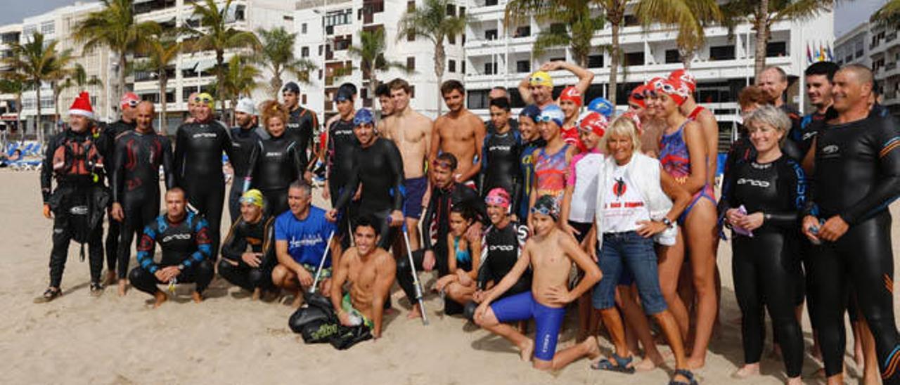 Nadadores, ayer, en la playa de El Reducto, antes de lanzarse al agua en el primer chapuzón del año.