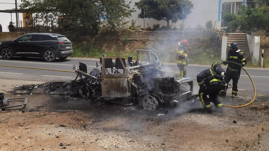 Arde un jeep que circulaba por una carretera de Ibiza