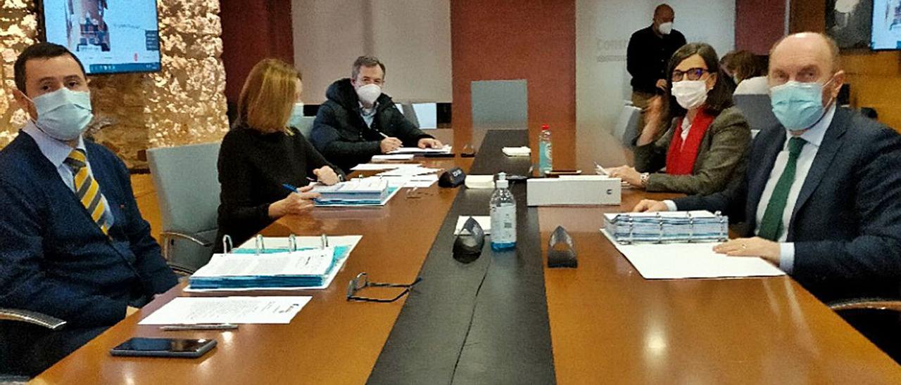 Reunión de la junta de Cadasa, ayer, presidida por el vicepresidente Juan Cofiño, en primer término, a la derecha.