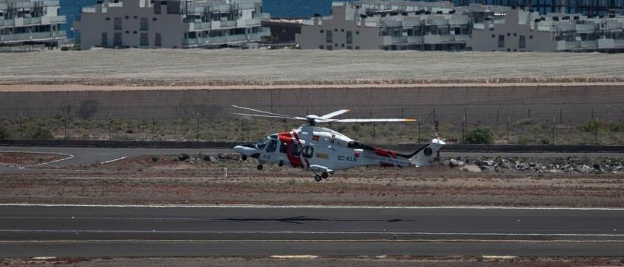 Un helicóptero de Salvamento aterriza en el Aeropuerto Tenerife Sur.     C. W. LAURTISEN
