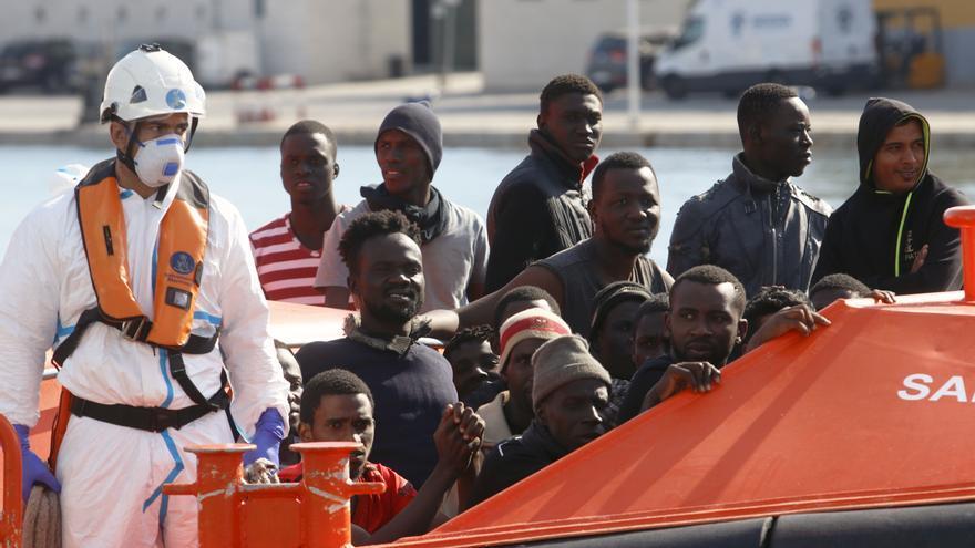Hasta 21 personas llegan en patera a Málaga durante la crisis migratoria de Ceuta