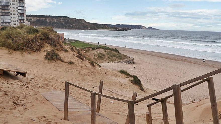 Una pasarela rota en la playa de Salinas