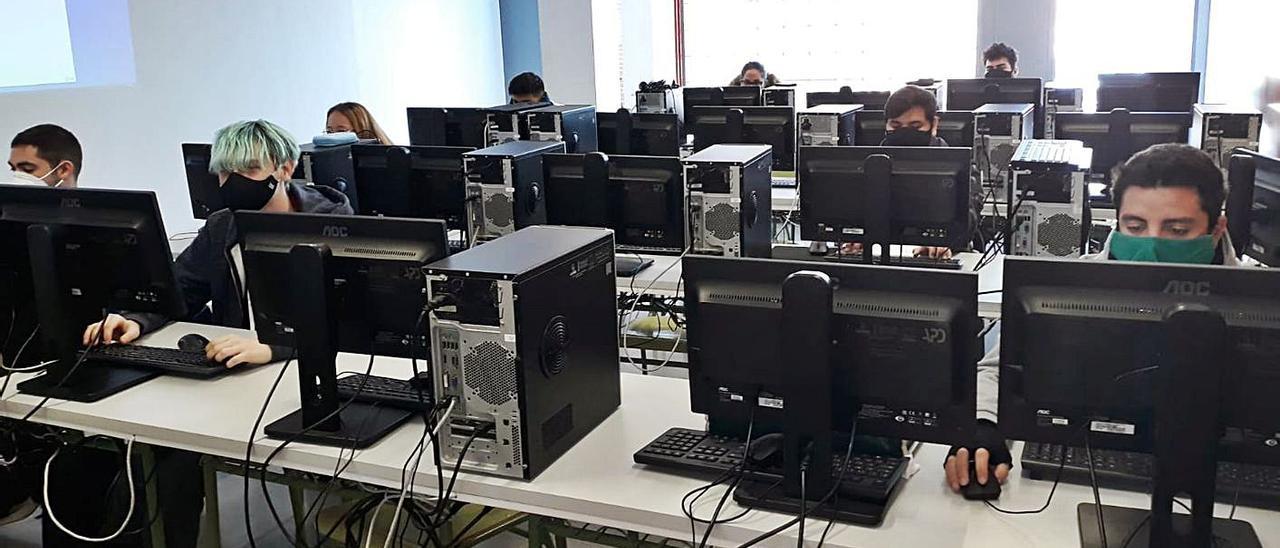 Una de las clases de informática del instituto.   LEVANTE-EMV