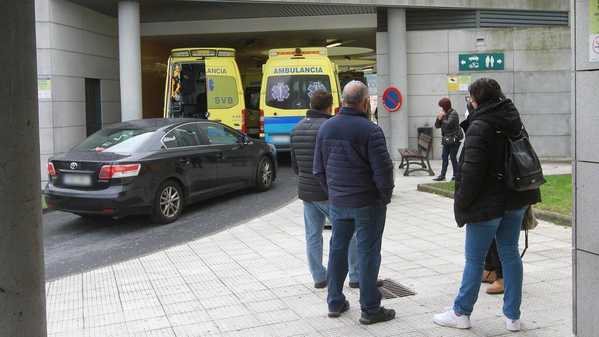 Ambulancias en la entrada de urgencias.